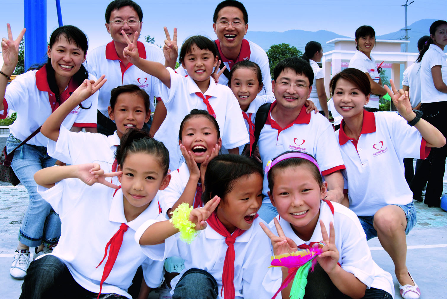 Photo of Freudenberg volunteers who helped to rebuilt the elementary school in Haijin, a village in Sichuan province, which had been completely destroyed by the devastating earthquake in May 2008.