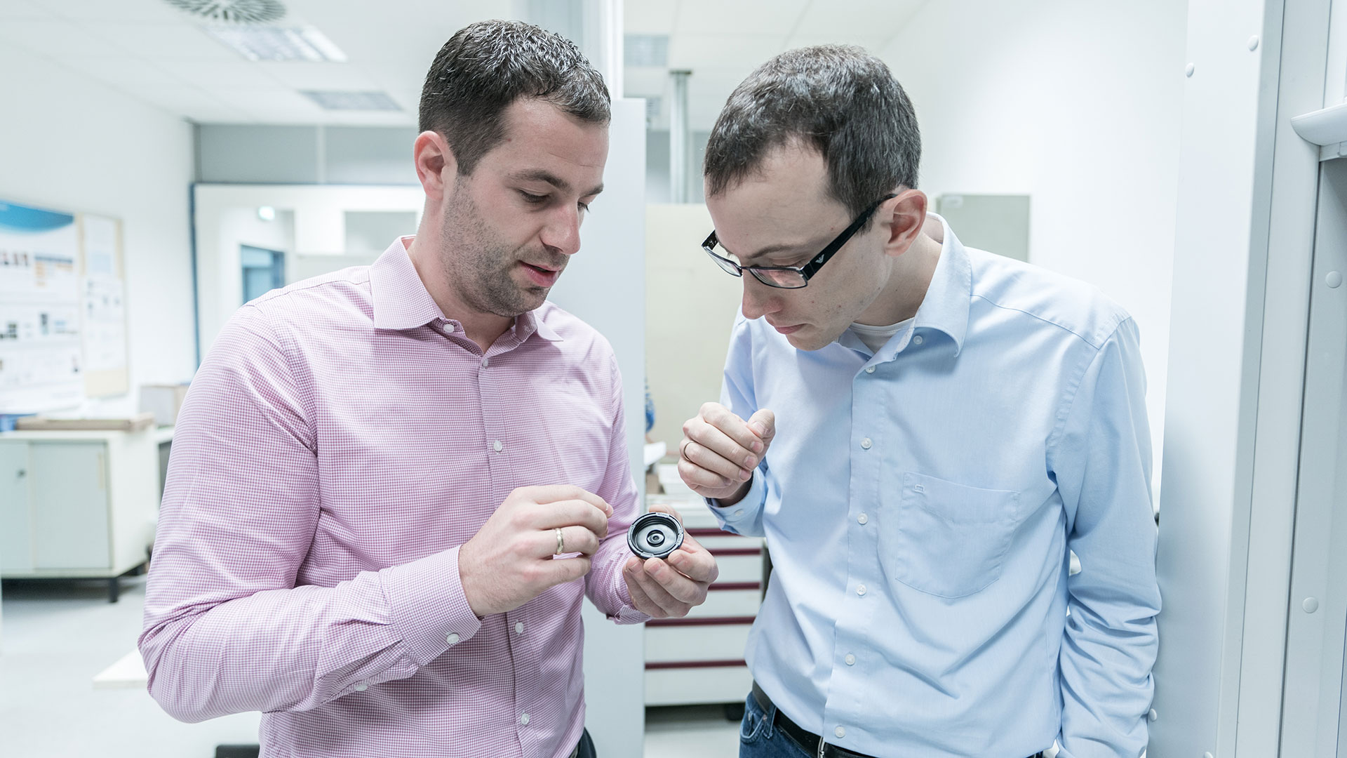 Dr. Fabian Kaiser explains his new job in the tribology laboratory to Dr. Neuberger.